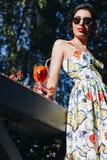 kvinna med coctailen royaltyfri foto