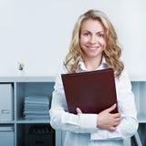 Kvinna med CV och resumen Arkivfoton
