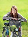 Kvinna med cykeln Royaltyfria Bilder