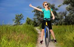 Kvinna med cykeln Arkivfoton
