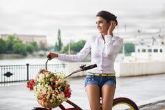 Kvinna med cykeln Royaltyfri Fotografi