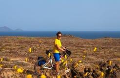 Kvinna med cykeln på kanariefågelön Royaltyfri Bild