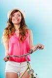 Kvinna med cykeln Sommarmode och rekreation arkivfoton