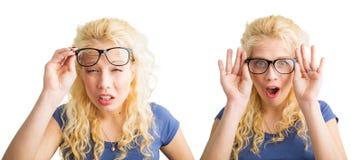 Kvinna med dålig vision och med exponeringsglas Arkivbilder
