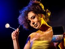Kvinna med dekorativa skönhetsmedel Flickan rymmer den ögonskugga och borsten Royaltyfri Foto
