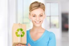 Kvinna med den återanvändbara asken Royaltyfri Foto
