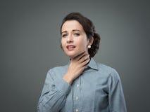 Kvinna med den öm halsen Royaltyfri Foto