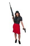Kvinna med den anfallgeväret och handeldvapnet Arkivfoto