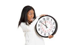 Kvinna med den angelägna klockan, pressat av brist av tid royaltyfria bilder