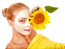 Kvinna med den ansikts- maskeringen. Arkivbilder