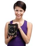 Kvinna med den antika fotografiska kameran Royaltyfria Bilder