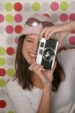 Kvinna med den antika kameran Arkivbild