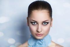 Kvinna med den blåa halsbandet Arkivfoton