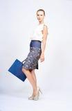 Kvinna med den blåa påsen Royaltyfri Bild
