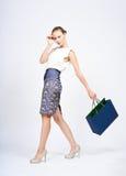 Kvinna med den blåa påsen Arkivbilder