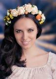 Kvinna med den blom- kransen Fotografering för Bildbyråer