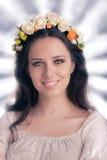 Kvinna med den blom- kransen Arkivbild