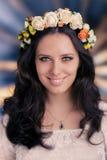 Kvinna med den blom- kransen Royaltyfri Bild
