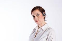 Kvinna med den Bluetooth hörlurar med mikrofon royaltyfria foton