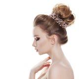 Kvinna med den brud- frisyren som isoleras på vit Royaltyfri Foto