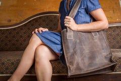 Kvinna med den bruna handväskan arkivfoton