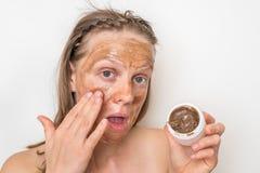 Kvinna med den bruna vulkaniska maskeringen p? hennes framsida arkivbild