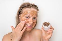 Kvinna med den bruna vulkaniska maskeringen p? hennes framsida royaltyfria foton