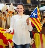Kvinna med den Catalan flaggan Arkivfoton