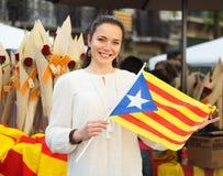 Kvinna med den Catalan flaggan Royaltyfri Bild