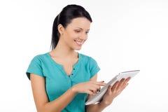 Kvinna med den digitala minnestavlan. Royaltyfria Bilder