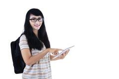 Kvinna med den digitala minnestavlan Arkivbilder
