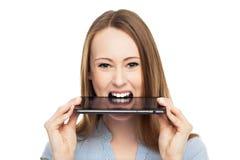 Kvinna med den digitala tableten i mun Arkivfoton