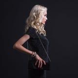 kvinna med den eleganta handväskan royaltyfria foton