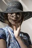 Kvinna med den eleganta hatten royaltyfri foto