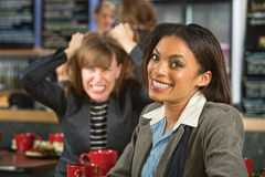 Kvinna med den frustrerade vännen Royaltyfri Bild