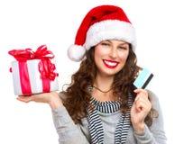 Kvinna med den gåvaasken och kreditkorten Royaltyfri Foto