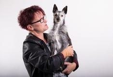 Kvinna med den gamla hunden Royaltyfri Foto