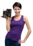 Kvinna med den gammala fotografiska kameran Royaltyfri Foto