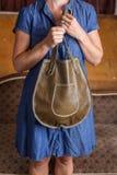 Kvinna med den gröna läderhandväskan royaltyfria foton