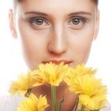 Kvinna med den gula blomman Arkivfoton