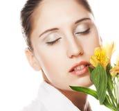Kvinna med den gula blomman Royaltyfri Foto