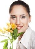 Kvinna med den gula blomman Royaltyfri Fotografi
