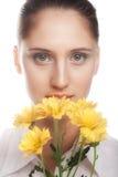Kvinna med den gula blomman Arkivfoto
