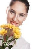 Kvinna med den gula blomman Fotografering för Bildbyråer