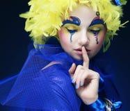 Kvinna med den gula perukfjädern Arkivfoton