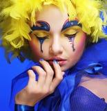 Kvinna med den gula perukfjädern Arkivbilder