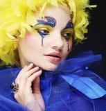 Kvinna med den gula perukfjädern Royaltyfri Foto