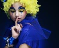 Kvinna med den gula perukfjädern Royaltyfria Foton