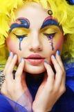 Kvinna med den gula perukfjädern Royaltyfria Bilder