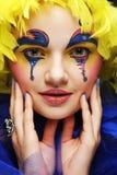 Kvinna med den gula perukfjädern Royaltyfri Bild